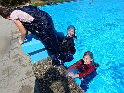Schwimmen klamotten Mit Klamotten